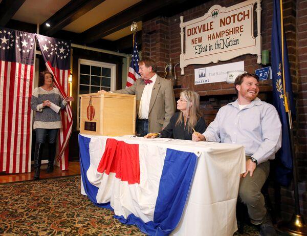 Одна из первых проголосовавших на участке в деревне Диксвилл Нотч в штате Нью-Гемпшир в США