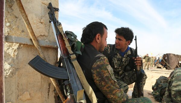 Бойцы  Демократических сил Сирии (SDF) в деревне недалеко от Ракки. Архивное фото
