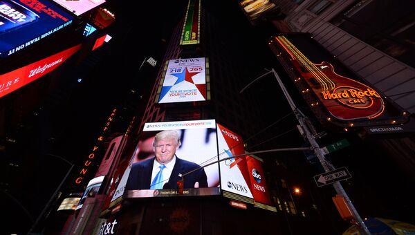 Трансляция выступления избранного президента США Дональда Трампа на площади Таймс-сквер в Нью-Йорке