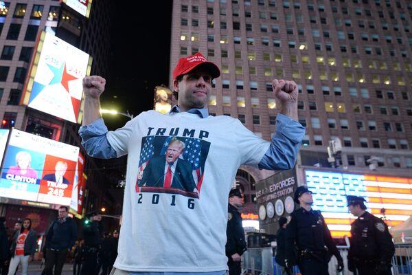 Сторонник кандидата в президенты США от Республиканской партии Дональда Трампа на площади Таймс-сквер в Нью-Йорке