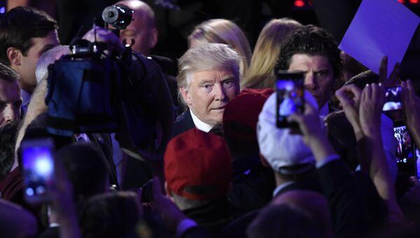 Избранный президент США Дональд Трамп приветствует сторонников после выступления в Нью-Йорке. 9 ноября 2016