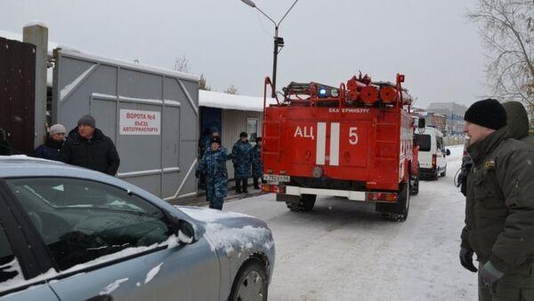 Пожарный автомобиль на месте обрушения кровли на заводе имени Клинина в Екатеринбурге