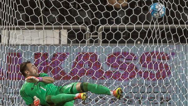 Игорь Акинфеев пропускает мяч в свои ворота в товарищеском матче между сборными командами Катара и России