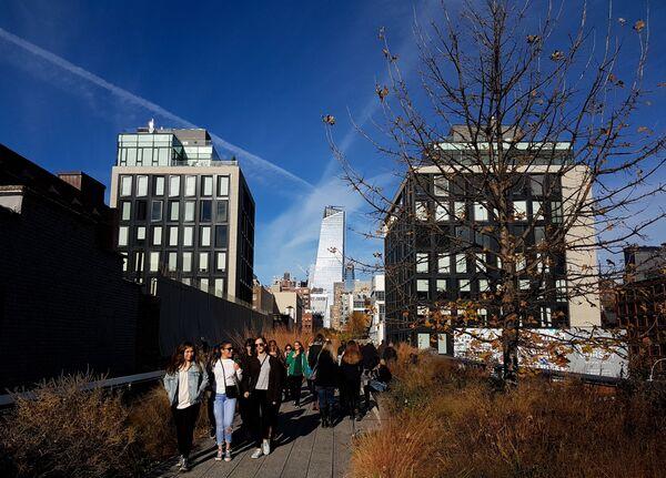 Люди в парке Хай-Лайн в Нью-Йорке