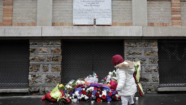 Цветы у мемориальной таблички открытой возле бара La Belle Equipe в Париже