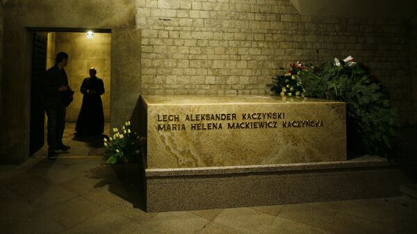 Могила президента Польши Леха Качиньского и его супруги Марии, погибших в авиакатастрофе под Смоленском в 2010 году, в Вавельском замке Кракова, Польша