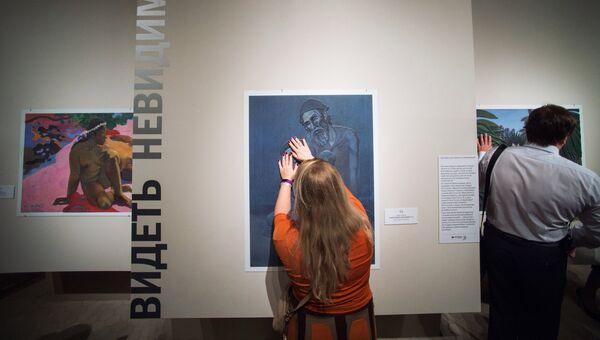 Посетительница у картины П. Пикассо Старый еврей с мальчиком на открытии первой в России выставки тактильных картин для слепых и слабовидящих людей Видеть невидимое
