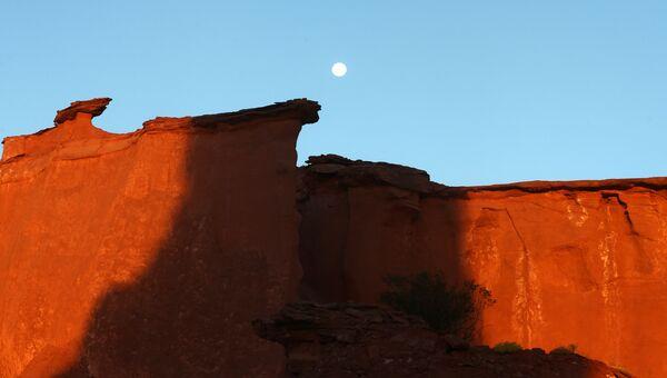 Луна в национальном парке Талампая в провинции Ла-Риоха, Аргентина. 12 ноября 2016