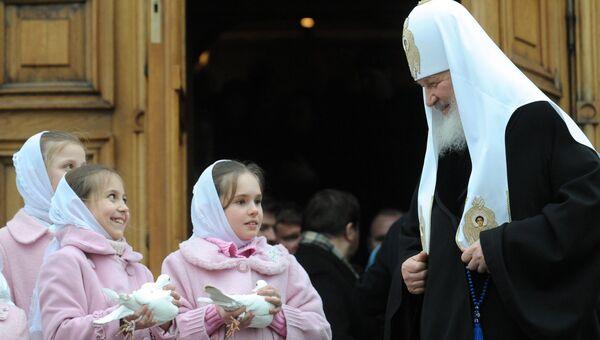 Патриарх Московский и всея Руси Кирилл выпустил в небо белых голубей в честь праздника Благовещения Пресвятой Богородицы на крыльце Благовещенского собора Кремля