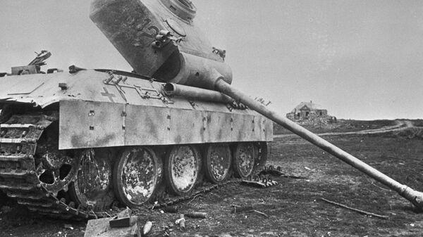Подбитый немецкий танк брошен на поле боя
