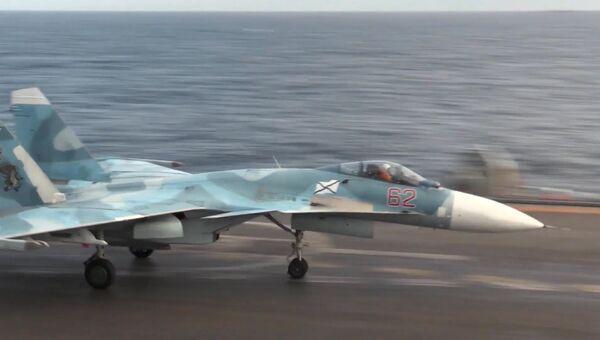 Истребитель Су-33 на палубе тяжёлого авианесущего крейсера Адмирал Флота Советского Союза Кузнецов у берегов Сирии в Средиземном море