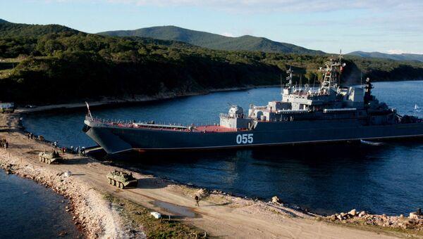 Большой десантный корабль Адмирал Невельской во время погрузки боевой техники и личного состава бригады морской пехоты Тихоокеанского флота