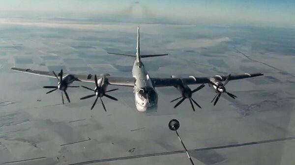 Стратегический бомбардировщик-ракетоносец Ту-95МС ВКС РФ во время полета для нанесения авиаудара по объектам террористов в Сирии