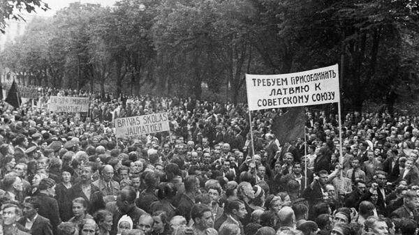 Демонстрация трудящихся города Риги, требующих присоединения Латвии к СССР. 1940 год