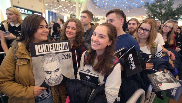 Презентация книги солиста группы Rammstein Тилля Линдеманна В тихой ночи. Лирика в торговом центре Колумбус в Москве