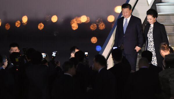 Председатель КНР Си Цзиньпин с супругой в аэропорту города Лима