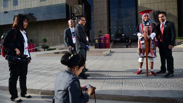 Мужчина в национальном костюме коренных жителей Перу во время саммита АТЭС в Лиме