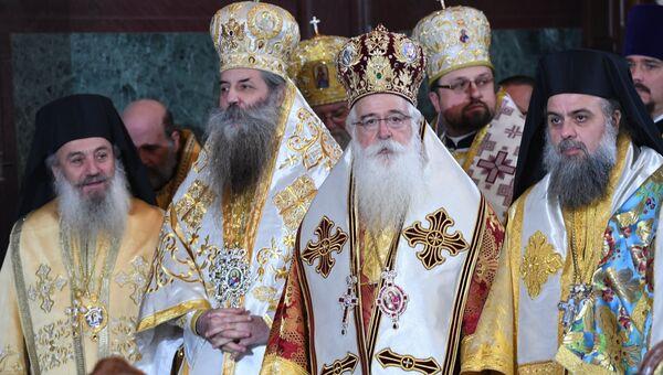 Предстоятели и представители поместных православных церквей, архиереи и духовенство Русской православной церкви во время Божественной литургии в храме Христа Спасителя в день своего 70-летия.