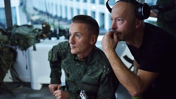 Актер Олег Меньшиков и режиссер Федор Бондарчук во время съемок фильма Притяжение. Архивное фото