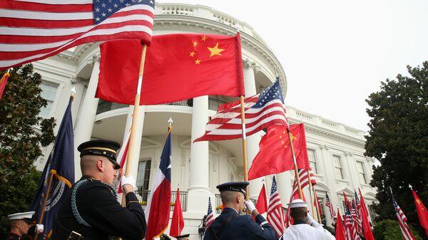 Почетный караул у Белого дома в Вашингтоне с флагами США и Китая