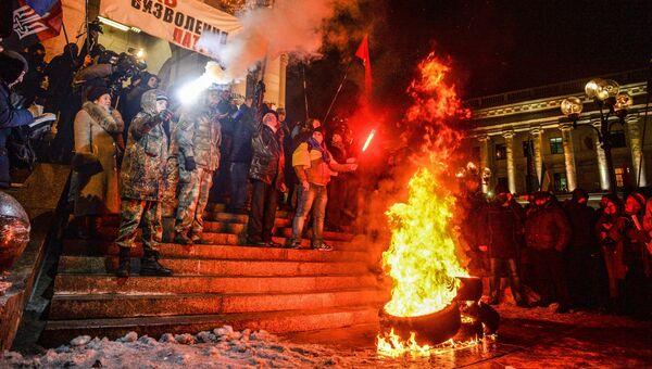 Участники акции, посвященной годовщине начала событий на Майдане, жгут файеры и автомобильные покрышки в Киеве