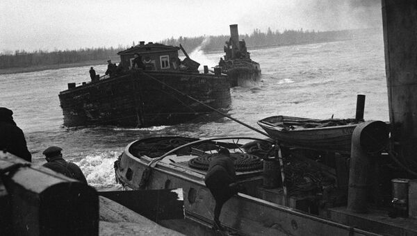 Катера доставляют продукты по Ладожскому озеру в блокадный Ленинград