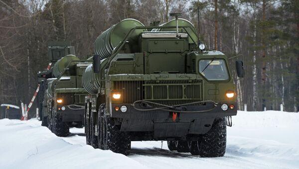 Пусковые установки зенитной ракетной системы С-400 Триумф на марше в Московской области. Архивное фото