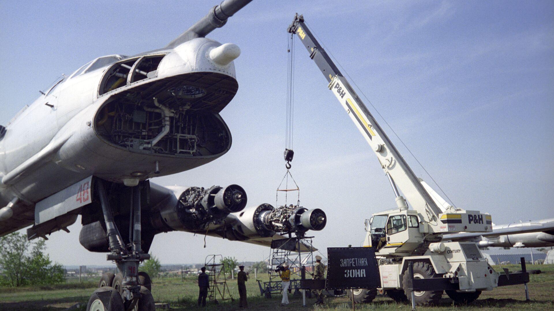 Самолет Ту-95 со снятым оборудованием - РИА Новости, 1920, 15.09.2020