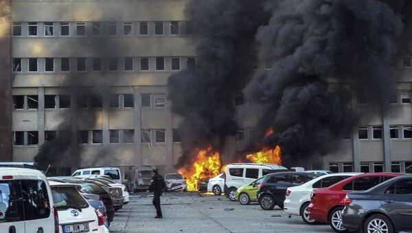 Полицейский на месте взрыва у здания канцелярии губернатора в городе Адана, Турция. 24 ноября 2016