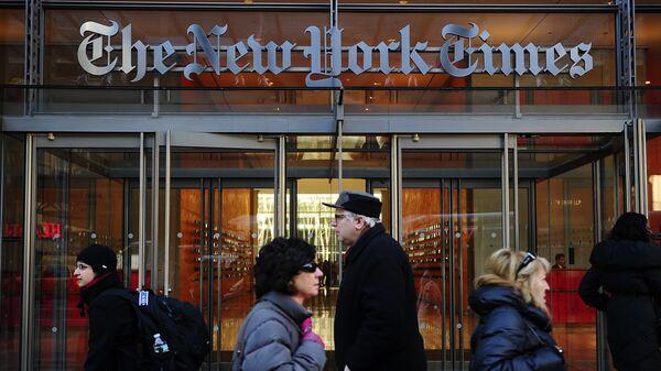 Вход в здание редакции газеты New York Times в Нью-Йорке, США