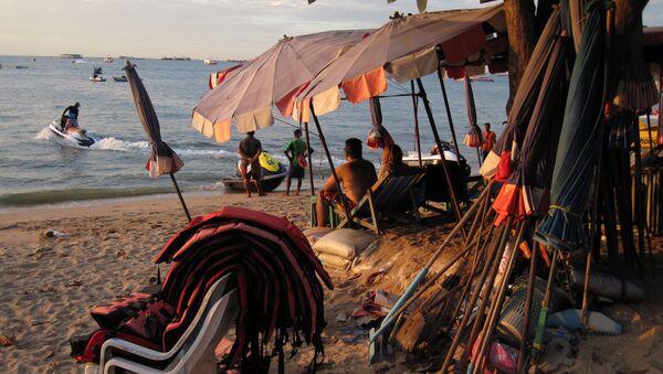 Туристы на пляже Паттайи. Таиланд, 2016