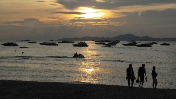 Закат на пляже. Архивное фото