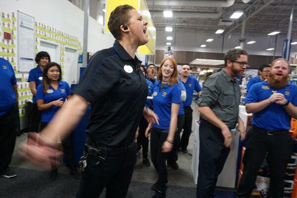 Сотрудники магазина перед началом продаж в Черную пятницу в Сан-Диего, штат Калифорния, США