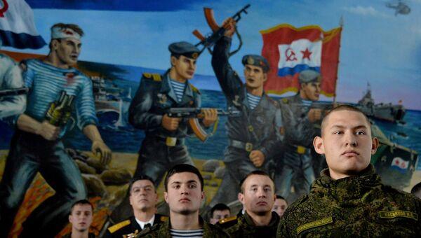 Военнослужащие вооружённых сил РФ во время торжественного собрания на праздновании Дня морской пехоты России в 155-й отдельной бригаде морской пехоты Тихоокеанского флота во Владивостоке