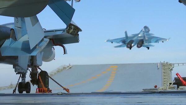 Истребитель Су-33 производит взлет с палубы тяжёлого авианесущего крейсера Адмирал Флота Советского Союза Кузнецов. Архивное фото