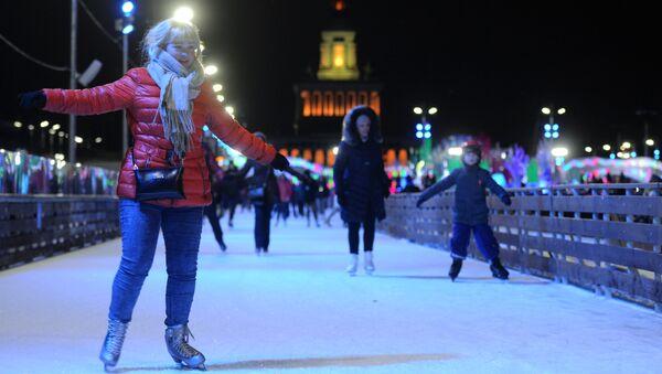 Посетители в день открытия нового сезона главного катка страны на ВДНХ в Москве. Архивное фото