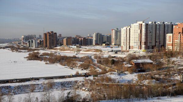 Вид на жилую застройку на правом берегу реки Ангара в городе Иркутск