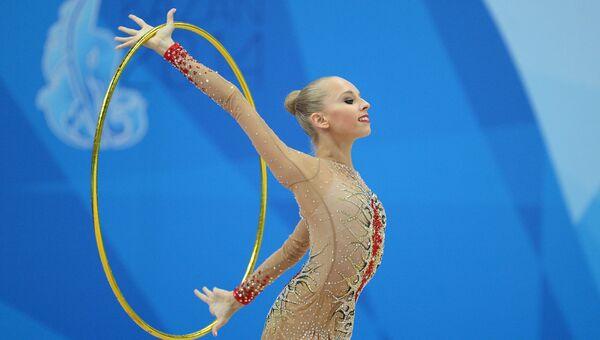 Яна Кудрявцева (Россия) выполняет упражнения с обручем в индивидуальном многоборье на финальном этапе Кубка мира по художественной гимнастике в Казани