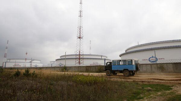 Вид на емкости для хранения нефти нефтепровода Дружба неподалеку от города Мозырь Гомельской области