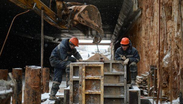 Рабочие ведут работы по строительству дороги