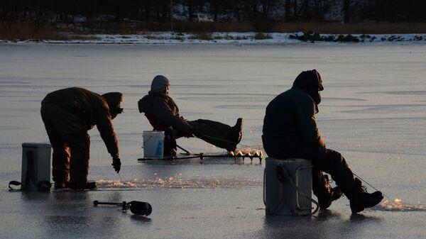 Рыбаки-любители в бухте Мелководная острова Русский во Владивостоке