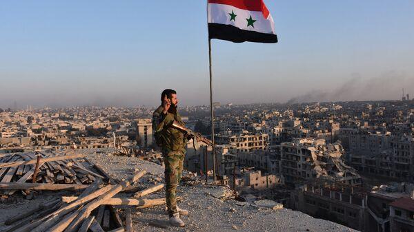 Военный сирийской армии на крыше здания в Алеппо. Архивное фото