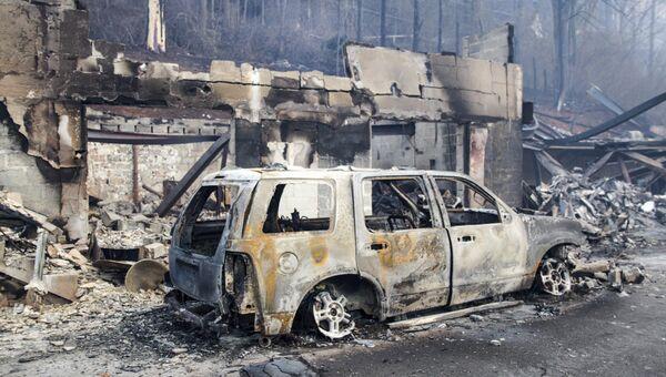 Сгоревшие в результате лесных пожаров автомобиль и дом в штате Теннесси. Архивное фото