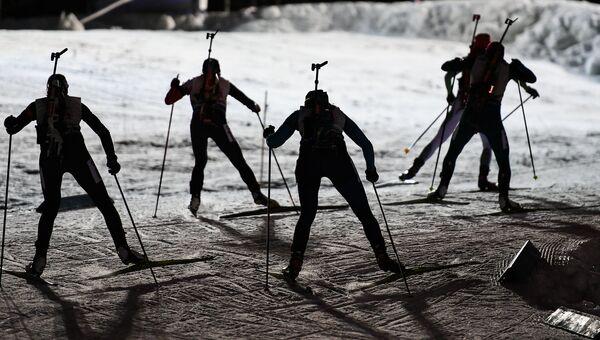 Спортсменки на дистанции смешанной эстафеты первого этапа Кубка мира по биатлону. Архивное фото