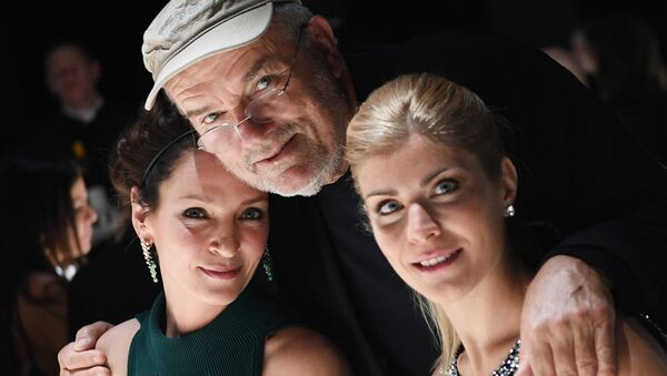 Американская актриса Ума Турман, немецкий фэшн-фотограф Петер Линдберг и преподаватель МГИМО Анастасия Игнатова (слева направо) на презентации календаря Pirelli 2017