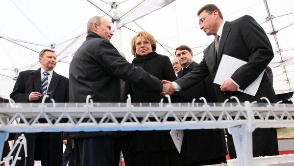 Владимир Путин на посту премьер-министра во время рабочей поездки в Санкт-Петербург, 2009. Архивное фото