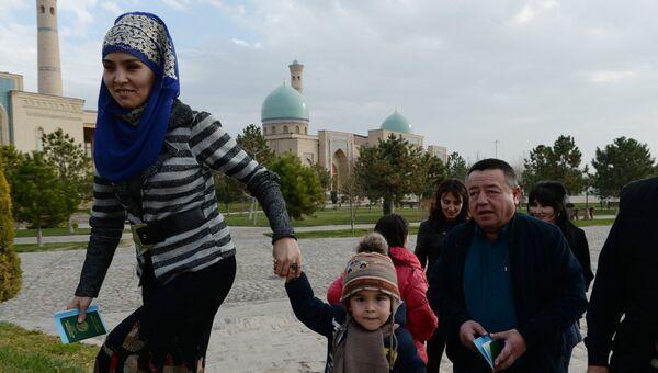 Жители у избирательного участка во время выборов президента Узбекистана