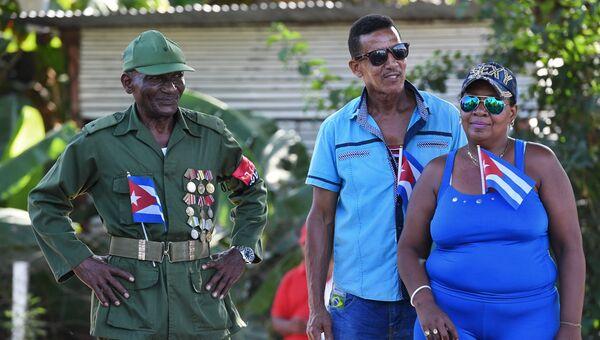 Жители ожидают прибытия траурного кортежа с прахом команданте Фиделя Кастро в Сантьяго-де-Куба