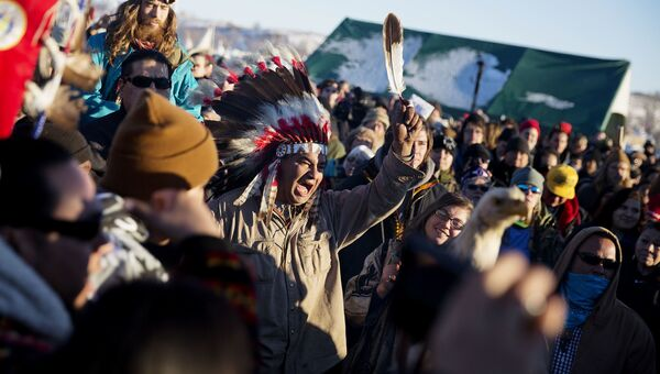 Протестующие радуются сообщению о пересмотре маршрута нефтепровода в Северной Дакоте. 4 декабря 2016