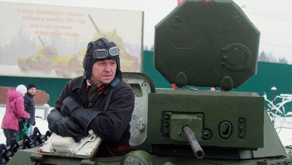 Участник военно-исторического фестиваля Главный рубеж, посвященного 75-летию битвы под Москвой, в музейно-мемориальном комплексе История танка Т-34 в Московской области